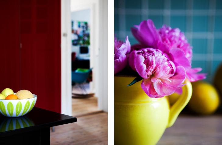 Detaljer fra indretning med nærbillede af frugtskål og blomsterbuket