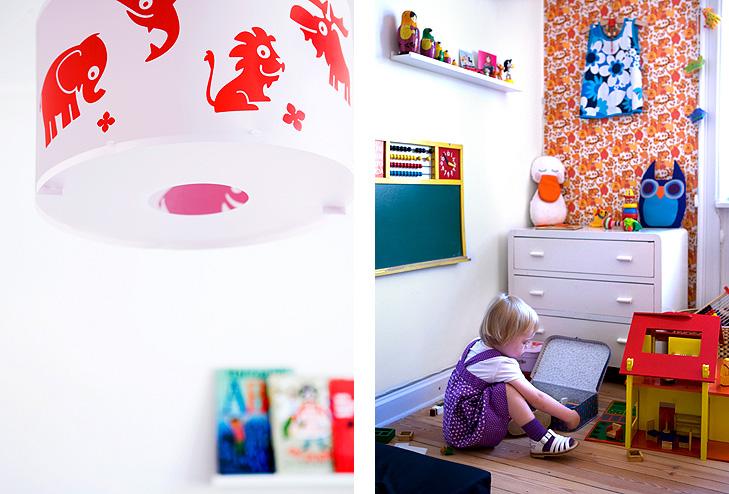 Detaljer fra indretning af børneværelse med retro tapet og gamle møbler samt lampe med tegnede dyr