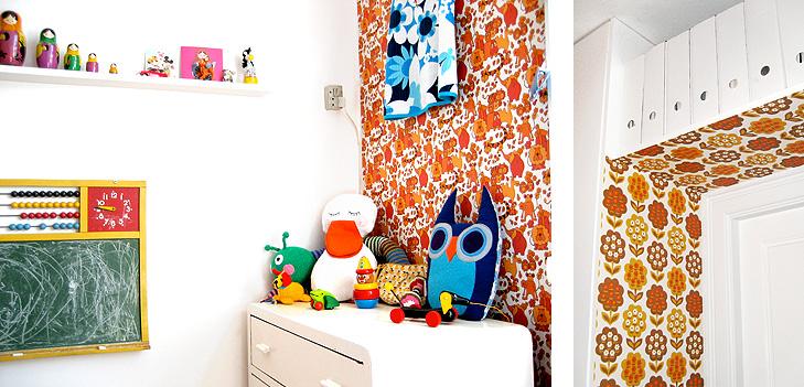 Detalje fra indretning af børneværelse med orange retro tapet, tavle og gamle bamser og trælegetøj