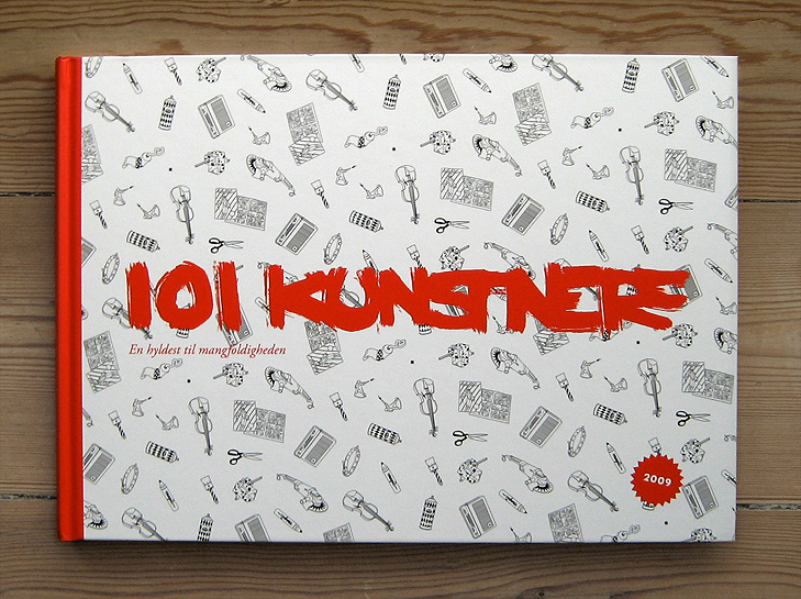 Forside og omslag fra bogen 101 Kunstnere med et mønster der illustrerer mangfoldighed. Mønsteret består af en masse forskellige ting som en violin, en blyantspidser, en tube med maling, en saks, legetøjssoldater, en tegneserie, en radio og en tusch. De er tegnet i en simple sort/hvid streg.