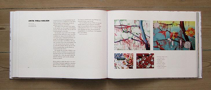 Opslag med layout fra bogen 101 Kunstnere med kunstneren Anita Viola Nielsen. Opslaget består af en venstre-side med tekst om kunstneren og en højre side med billeder med halvabstrakte malerier af kunstneren. Der er blomster på billederne.