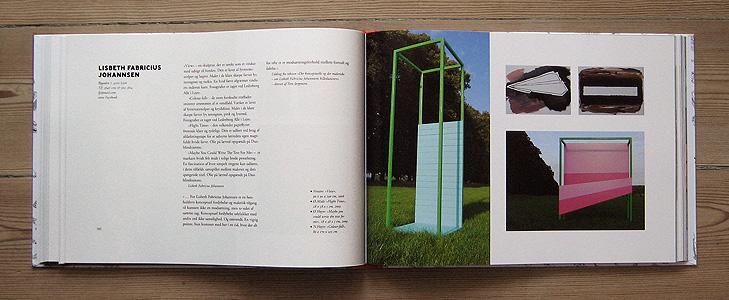 Opslag med layout fra bogen 101 Kunstnere med kunstneren Lisbeth Fabricius Johannsen. Opslaget består af en venstre-side med tekst om kunstneren og en højre side med billeder med abstrakte kunst installationer af kunstneren.