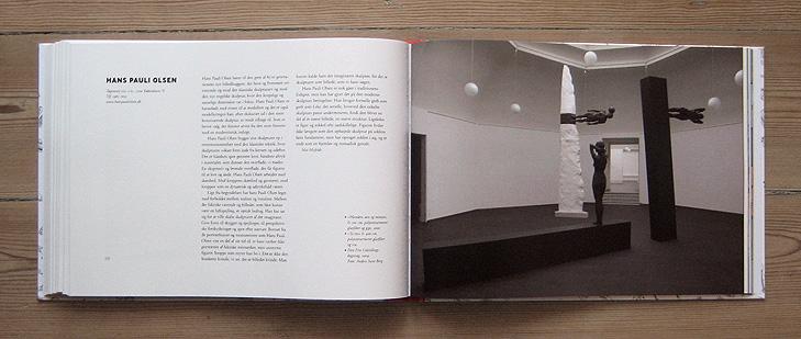 Opslag med layout fra bogen 101 Kunstnere med kunstneren Hans Pauli Olsen. Opslaget består af en venstre-side med tekst om kunstneren og en højre side med billeder af en stor skulptur af kunstneren fotograferet i Den Frie Udstilling i København.