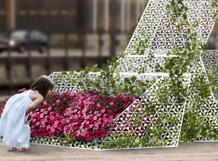 Nærbillede af byrumsinstallation med blomsterkasse lavet af et metalgitter. En pige dufter til blomsterne i blomsterkassen.