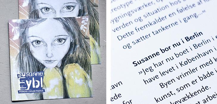 Forsiden fra katalog fra kunstudstilling med kunstneren Susanne Eybl samt close up af typogrfaien og det grafiske design fra folderen.