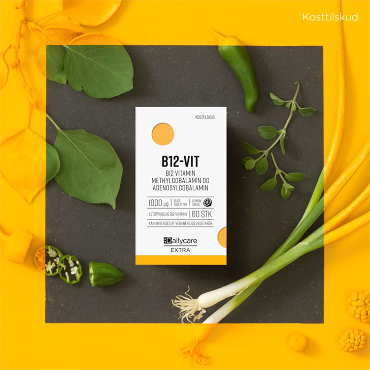 illustration fra animeret some reklamefilm om kosttilskud med foto af en vitamnin-pakke som ligger på et stenbord med forskellige urter og planter omkring sig